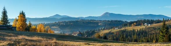 秋天喀尔巴阡山脉的村庄,乌克兰 图库摄影