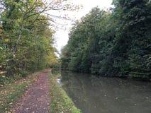 秋天图象-浇灌运河和许多在Leamington温泉,英国的树 免版税库存照片
