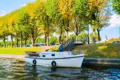 秋天圣彼德堡- Moika河城市风景堤防和秋天树在晴天在圣彼德堡,俄罗斯 免版税库存照片