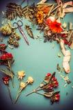 秋天在与丝带的卖花人在蓝色背景,顶视图,框架的桌和剪刀上开花 秋天花束做 免版税库存照片
