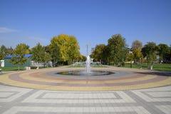 秋天在公园 公园在一个小村庄 秋天颜色 免版税库存图片