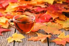 秋天在土气桌上的槭树叶子 免版税库存图片
