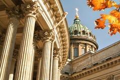 秋天在圣彼得堡 喀山大教堂和秋天槭树叶子 免版税库存照片