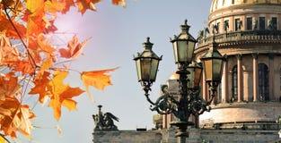 秋天在圣彼德堡 圣徒以撒大教堂和秋叶在圣彼得堡,俄罗斯 库存图片
