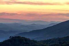 秋天在大烟雾弥漫的山脉国家公园 免版税库存图片