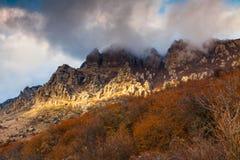秋天在山Demerdzhi克里米亚的风景日落 免版税库存照片