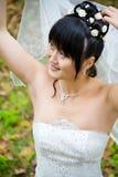 秋天在摆在年轻人的背景新娘 免版税库存照片