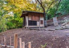 秋天在有遥远的日语的森林运作房子 库存照片