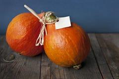 秋天在木桌上的色的南瓜 图库摄影