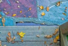 秋天在木步的秋叶 免版税库存照片