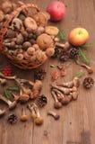 秋天在桌上的静物画蘑菇 免版税库存照片