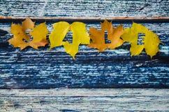 秋天在槭树叶子的销售概念 免版税库存照片