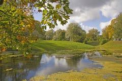 秋天在欧洲公园和池塘 免版税图库摄影