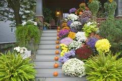 秋天在波特兰,缅因附近装饰了门廊 库存照片