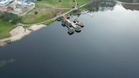 秋天在湖岸立陶宛空中寄生虫顶视图的高尔夫球领域 免版税图库摄影