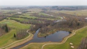 秋天在湖岸立陶宛空中寄生虫顶视图的高尔夫球领域 库存照片