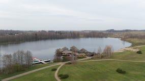 秋天在湖岸立陶宛空中寄生虫顶视图4K UHD录影的高尔夫球领域 图库摄影
