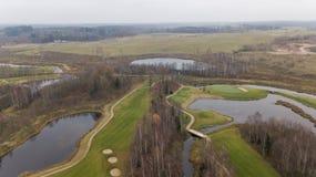 秋天在湖岸立陶宛空中寄生虫顶视图4K UHD录影的高尔夫球领域 库存照片