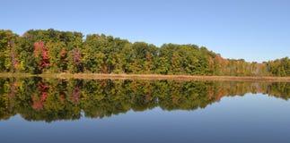 秋天在湖的树反射在密执安 免版税库存图片