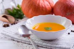 秋天在白色桌布的南瓜汤 免版税库存照片