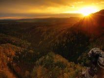 秋天在砂岩的日落视图晃动对漂泊瑞士的秋天五颜六色的谷 砂岩峰顶在森林里 免版税库存图片