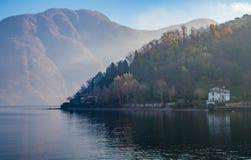 秋天在科莫湖,意大利的山景 免版税库存照片