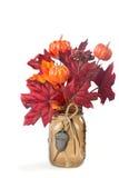 秋天在金属螺盖玻璃瓶的叶子和南瓜安排 免版税库存图片