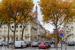 秋天在巴黎,镇在背景埃佛尔铁塔的黄色树中回家 免版税库存图片