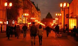 秋天在Bolshaya Pokrovskaya街道Nizhny 11月的10月晚上 免版税库存照片