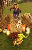 秋天场面用南瓜、金瓜、妈咪、干草和稻草人 免版税库存照片