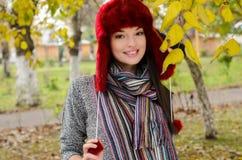 秋天场面的性感的年轻深色的女孩。 免版税图库摄影