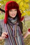 秋天场面的性感的年轻深色的女孩。 库存图片
