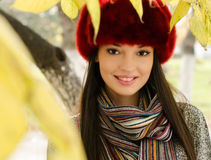 秋天场面的性感的年轻深色的女孩。 免版税库存图片