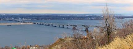 秋天城市全景萨拉托夫视图 在河伏尔加河的路桥梁 俄国 免版税库存图片