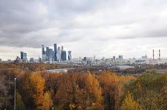 秋天城市和黄色森林在莫斯科 免版税图库摄影