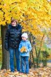 秋天城市女儿母亲公园 免版税库存图片