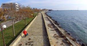 秋天堤防的罕见的步行者在波摩莱,保加利亚 免版税库存照片