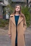 秋天外套的单独美丽的女孩 库存照片