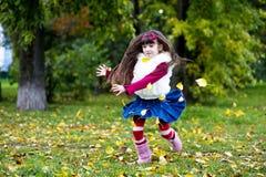 秋天外套逗人喜爱的森林毛皮女孩佩&# 库存照片