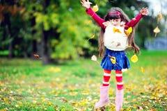 秋天外套逗人喜爱的森林毛皮女孩佩&# 免版税图库摄影