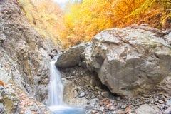 秋天多云山的小河 图库摄影