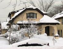 秋天大量房子雪典型的威斯康辛 免版税库存照片