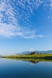 秋天天空和河沿 库存图片