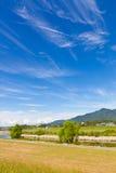 秋天天空和河沿 免版税库存照片