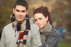 秋天夫妇使浪漫少年环境美化 库存图片