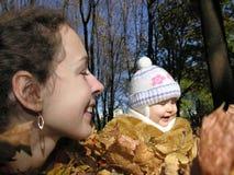 秋天女儿母亲木头 免版税库存图片