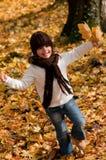 秋天女孩一点公园使用 库存照片