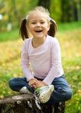 秋天女孩一点公园使用 图库摄影