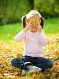 秋天女孩一点公园使用 免版税库存图片