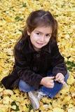 秋天女孩一点室外就座 库存照片